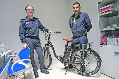 Secades y Enrique Maíllo con una de las bicicletas de la policía local de Oviedo
